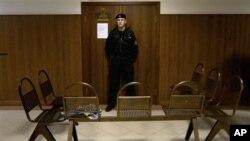 러시아 모스크바의 법정 앞을 지키는 경찰. (자료사진)