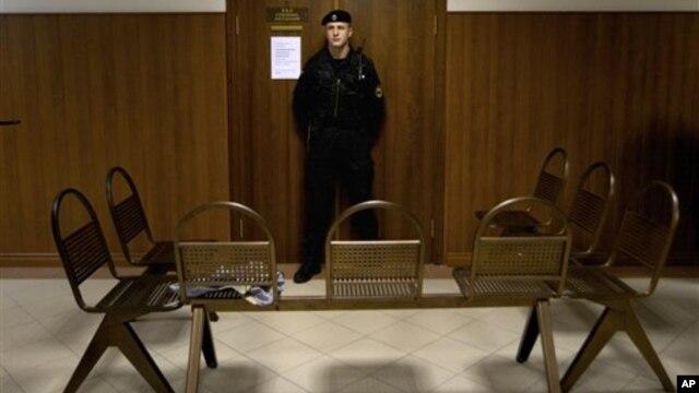Seorang polisi Rusia menjaga ruang sidang di Moskow (foto: dok). Hakim Yevgeny Makhno dipecat akibat tertidur di ruang sidang.