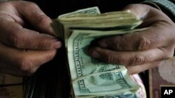 نصف جمعیت افغانستان در سال ۲۰۱۲ رشوت پرداخت