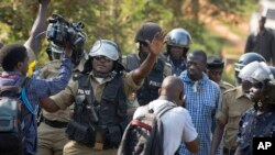 Polícia bloqueia entrevista com Besigye, Fevereiro, 2016.