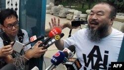 Ай Вей спілкується із журналістами поблизу свого будинку.