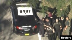 El sospechoso, Nikolas Cruz, es capturado por la policía cerca de la escuela secundaria Marjory Stoneman Douglas, una hora después de presuntamente matar a 17 de sus excompañeros.