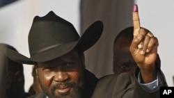 苏丹南部自治政府主席萨尔瓦·基尔投票后举起沾上墨迹的手指