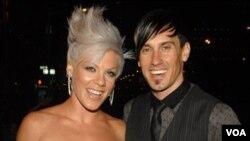 Pink y Hart se casaron en Costa Rica en 2006 y se separaron en 2008, pero se reconciliaron en febrero de 2010.