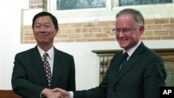 Wakil Kantor Ekonomi dan Budaya Taipei Elliott Charng (kiri) dan Direktur Kantor Perdagangan dan Industri Selandia Baru Stephen Payton dalam acara penandatanganan perjanjian perdagangan bebas, Juli 2013. (AP/Nick Perry)