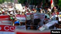 Qohirada Mursiy tarafdorlari namoyish qilayapti.