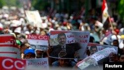 무르시 전 이집트 대통령을 지지하는 무슬림 형제단이 17일 카이로의 총리 관저 앞에서 시위를 계속하고 있다.
