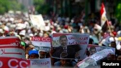 Các thành viên của nhóm Huynh đệ Hồi giáo và những người ủng hộ Tổng thống bị lật đổ Mohamed Morsi biểu tình bên ngoài văn phòng Thủ tướng tại Cairo.