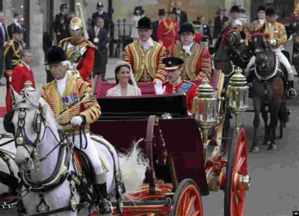 Принцот Вилијам и сопругата Кејт заминуваат од венчавката. (AP Photo/Alastair Grant)