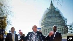 Demokrat da'vogar Berni Sanders iqlimga oid yangi qonun qabul qilish kerak, deydi. Vashington, 4-noyabr, 2015-yil