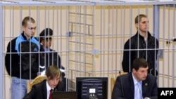 Дмитрий Коновалов (в клетке слева) и Владислав Ковалев (справа) в зале суда
