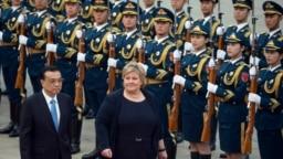 Thủ tướng Na Uy Erna Solberg cùng với Thủ tường Trung quốc Lý Khắc Cường duyệt hàng quân danh dự tại một buổi lễ bên ngoài Đại sảnh Nhân dân ở Bắc Kinh ngày 7/4/2017.