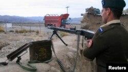 ທະຫານຢືນຍາມ ທີ່ດ່ານກວດຂອງທະຫານແຫ່ງນຶ່ງ ຢູ່ຊານເມືອງ Miranshah ໃນເຂດ Waziristan ເໜືອ ຊຶ່ງເປັນເຂດຊົນເຜົ່າ ແລະຮູ້ກັນດີວ່າ ແມ່ນເຂດລີ້ໄພ ຂອງພວກຫົວຮຸນແຮງຕາລິບັນ ແລະ al-Qaida.