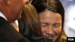 Amanda Knox celebra la decisión del tribunal de Perurgia de dejarla en libertad a ella y a su ex novio italiano, Raffaele Sollecito.