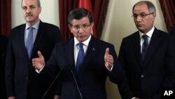 Perdana Menteri Turki Ahmet Davutoglu (tengah) memberikan keterangan mengenai serangan bom di Ankara, Senin (14/3).