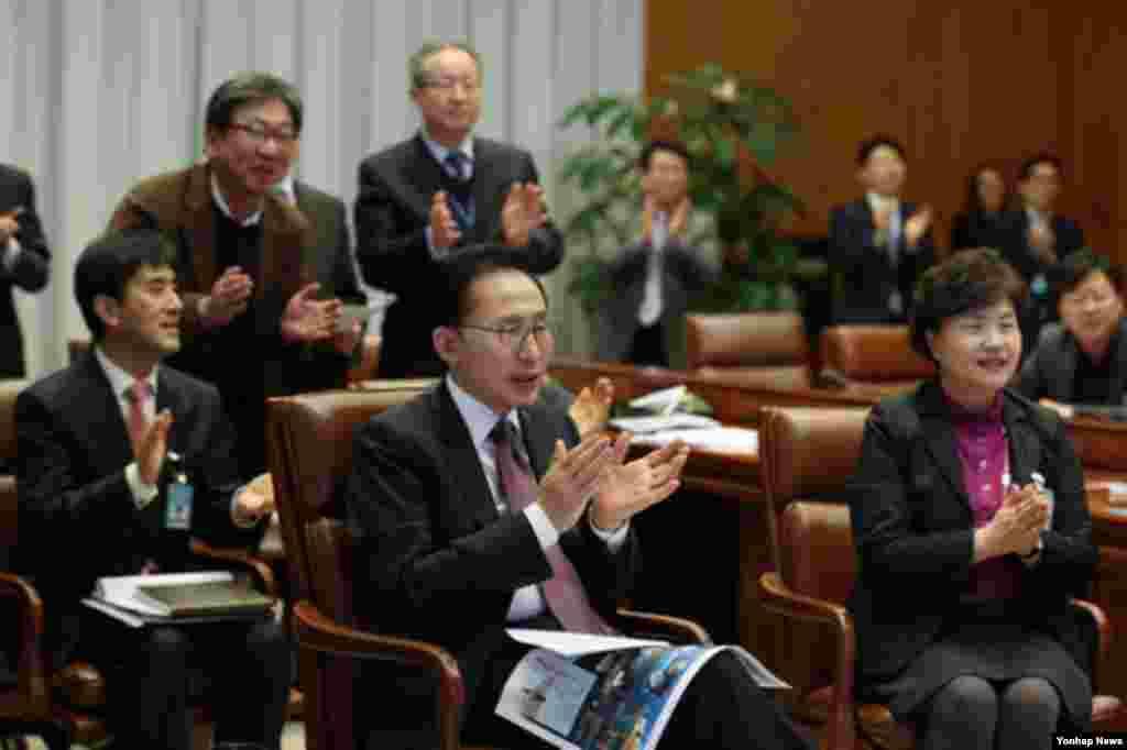 30일 청와대에서 나로호 발사과정 중계를 지켜보는 한국 이명박 대통령(가운데).