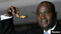 Zimbabwe's central bank Governor Gideon Gono gestures during a news conference at his office in Harare. (file photo)