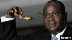 Zimbabwe's former central bank Governor Gideon Gono gestures during a news conference at his office in Harare. (file photo)