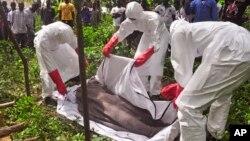 Zdravstveni radnici pokrivaju telo žrtve ebole