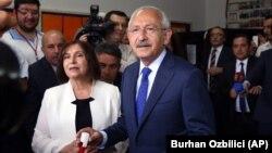 Lãnh đạo đảng đối lập chính của Thổ Nhĩ Kỳ Kemal Kilicdaroglu và vợ Selvi Kilicdaroglu đi bỏ phiếu tại một trạm bỏ phiếu ở Ankara, Thổ Nhĩ Kỳ.
