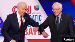 资料照片:拜登和桑德斯在电视辩论上以击肘代替握手。(2020年3月15日)