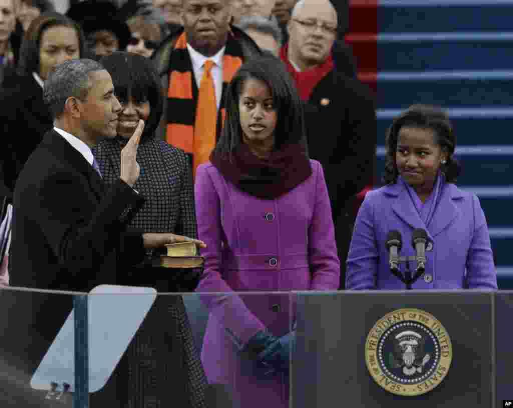 21일 미국 국회의사당에서 열린 대통령 취임식에서 바락 오바마 대통령이 가족들이 지켜보는 가운데 취임선서를 하고 있다.