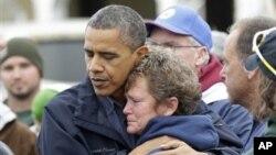 31일 미 뉴저지주의 허리케인 샌디 피해지역 주민들을 위로하는 바락 오바마 미국 대통령.