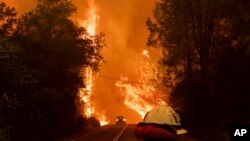 Dvojica vatrogasaca nastradala su gaseći požar u Kaliforniji.
