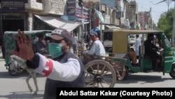 کوئٹہ: ایک پولیس اہلکار ٹریفک کنٹرول کرتے ہوئے