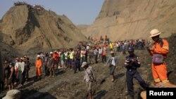 Warga setempat berkumpul dekat lokasi terjadinya lumpur longsor di pertambangan giok Hpakant, negara bagian Kachin, Myanmar, Kamis (23/4).