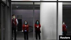 Nhân viên sân bay Quốc tế San Francisco chờ hỗ trợ công dân Úc về nước.