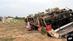 Bus naas ini tergelincir dari jembatan dan teronggok di sisi jalan tol di Phyu, Burma (26/5). Menurut keterangan pejabat setempat, ban bus yang sedang dalam perjalanan ke Mandalay ini meledak, dan mengakibatkan kecelakaan tersebut. Dilaporkan 11 orang tewas dan 16 penumpang lainya luka-luka, termasuk seorang warga negara Amerika.