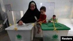 一名巴基斯坦女選民2013年5月11日在白沙瓦舉行的選舉中﹐在一個投票站投下了她的選票。