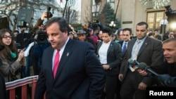 Thống đốc New Jersey Chris Christie (trái) rời Tòa Thị chính thành phố Fort Lee, sau khi thảo luận với thị trưởng về vụ tai tiếng chính trị, 9/1/14