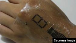 "Peneliti Jepang sedang menguji ""kulit elektronik,"" disebut e-skin (foto: Laboratorium Someya)."