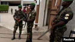 Des militaires ivoiriens à Bouaké, Côte d'Ivoire, le 8 décembre 2010.