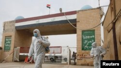 Désinfection du poste irakien de Shalamcha situé à la frontière iranienne le 8 mars 2020.