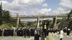 زنان سوری در اعتراض به دستگیری اعضای خانواده خود از سوی ماموران امنیتی یک بزرگراه ساحلی در این کشور را مسدود کردند
