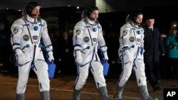 Phi hành gia của NASA Jeff Williams (ngoài cùng bên trái) và hai phi hành gia Nga trước vụ phóng phi thuyền Soyuz của Nga hôm 19/3.