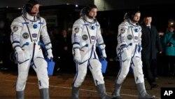 Desde la izquierda, el astronauta de la NASA Jeff Williams, y los cosmonautas rusos Alexei Ovchinin, y Oleg Skripochka, previo a su viaje al espacio el sábado, 19 de marzo de 2016.