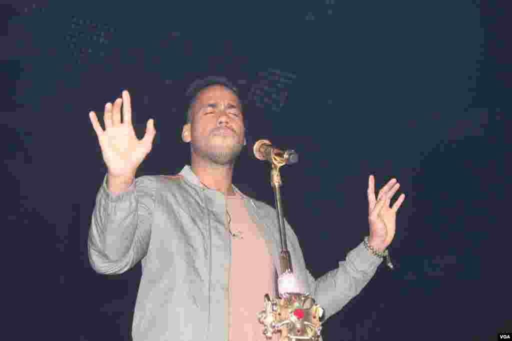Romeo ha renovado la bachata, al cantarla en inglés y español y mezclándose con artistas de otros géneros.