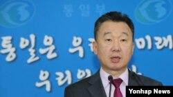 정준희 한국 통일부 대변인이 20일 서울 세종로 정부서울청사에서 남북이 오는 26일 판문점 북측 지역인 통일각에서 당국회담을 위한 실무접촉을 하기로 합의했다고 브리핑하고 있다.