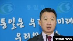 지난 20일 정준희 한국 통일부 대변인이 서울 세종로 정부서울청사에서 남북이 오는 26일 판문점 북측 지역인 통일각에서 당국회담을 위한 실무접촉을 하기로 합의했다고 발표하고 있다. (자료사진)