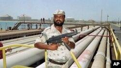 Petugas keamanan di jaringan pipa kilang milik Aramco di Arab Saudi.