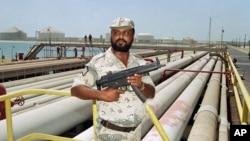 Seorang petugas keamanan menjaga pipa minyak milik Saudi Aramco di Saudi Arabia (foto: dok).