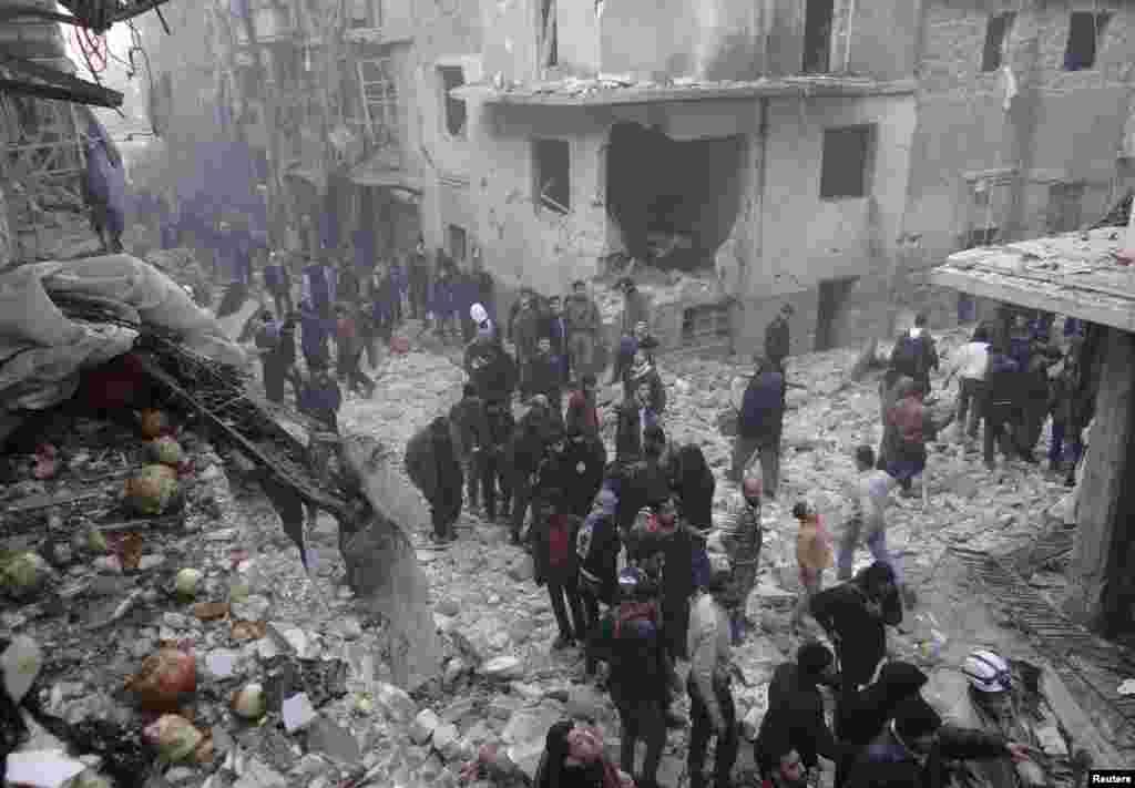 پس از آنچه که فعالان «حمله هوایی نیروهای وابسته به بشار اسد» در حلب خواندند، جست و جو برای جان بدربردگان از زیر آوار انجام می شود. 15 دسامبر 2013