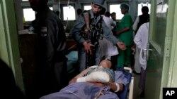 15일 아프가니스탄 카불에서 발생한 폭탄 테러로 부상당한 남성이 병원으로 이송되었다.