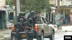La policía patrulla el centro de Kingston, mientras los locales intentan evitar la extradición del popular capo de la droga.