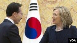 Presiden Korea Utara Lee Myung-bak menerima kunjungan Menlu AS Hillary Clinton di Seoul, Minggu (17/4).