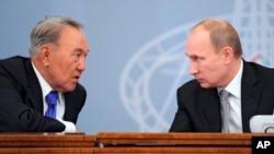 Qozog'iston prezidenti Nursulton Nazarboyev (chapda) va Rossiya prezidenti Vladimir Putin